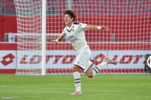 Hwang a inscrit un doublé avec la Corée du Sud.