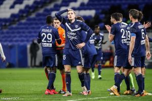 Joueurs de Bordeaux proche de l'arbitre