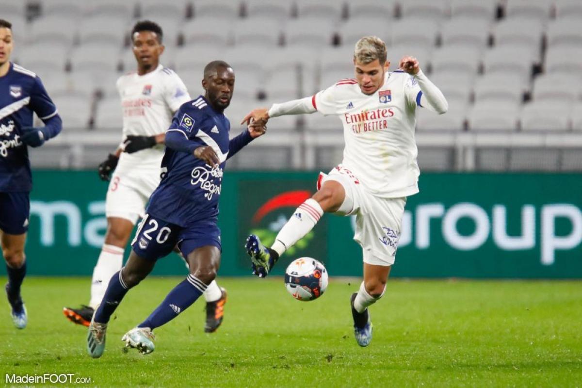 Youssouf Sabaly au duel avec Bruno Guimarães